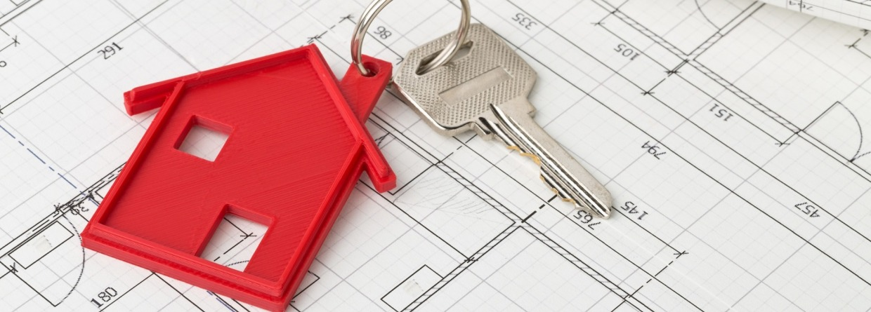 Sleutel met rode hanger in de vorm van een huis