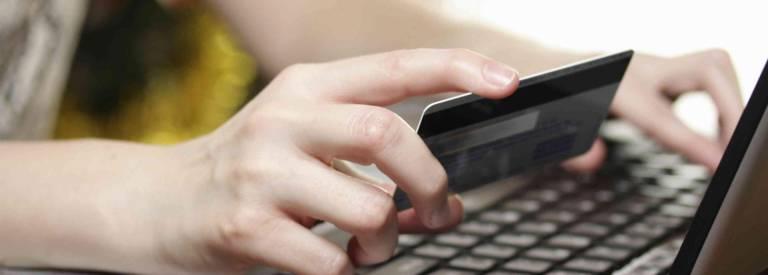 Vrouw doet elektronische betaling