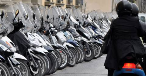 velen scooters langs de weg