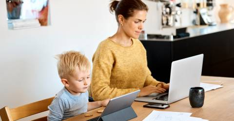 thuis werken, moeder zoon, moeder kind, laptop, huiswerk, thuis