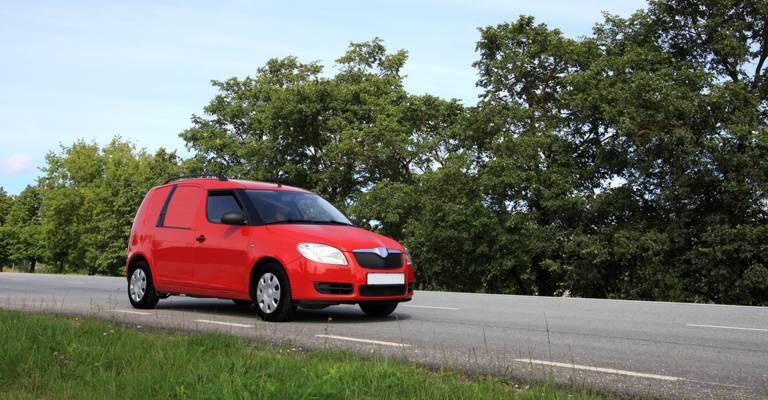 rode auto op de weg
