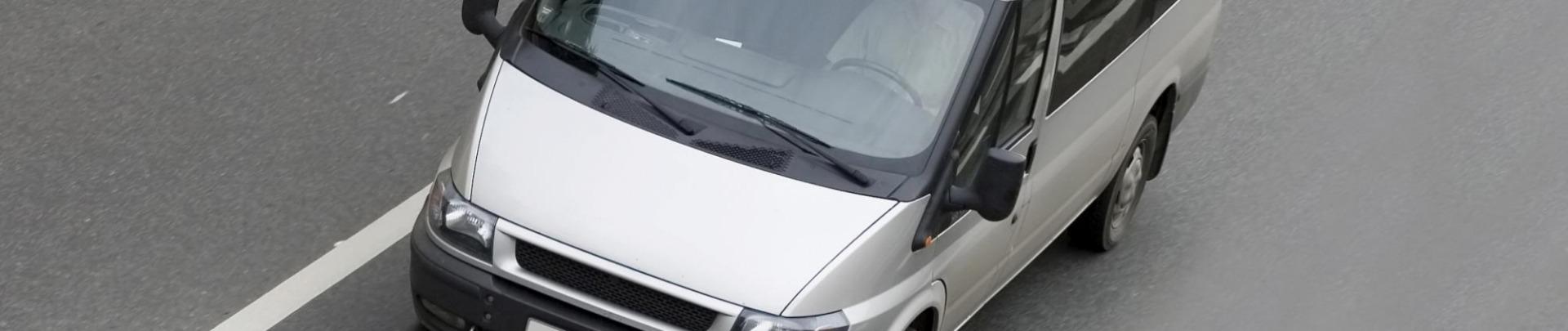 Grijze bedrijfsbus op de weg