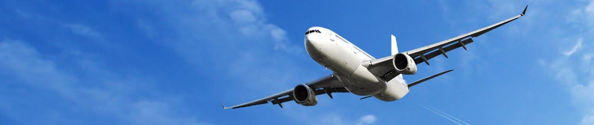 Vliegtuig dat door de lucht scheert